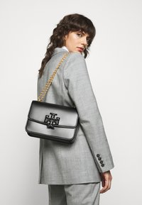 Tory Burch - ELEANOR CONVERTIBLE SHOULDER BAG - Across body bag - black - 0