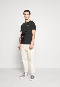 YOURTURN - T-shirt med print - black - 1