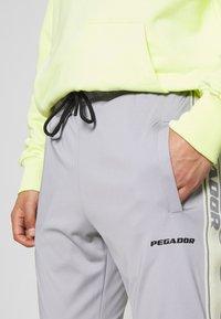 Pegador - LOGO PANTS UNISEX - Teplákové kalhoty - grey/coconut milk - 4
