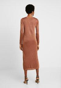 EDITED - GABRIELLA DRESS - Vestido de punto - braun - 3