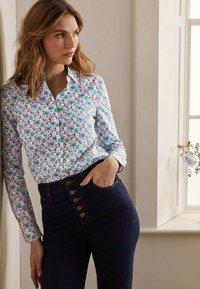 Boden - DAS NEW CLASSIC - Button-down blouse - naturweiß, vogelmuster - 3