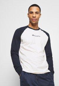 Champion - LEGACY CREWNECK LONG SLEEVE - T-shirt à manches longues - off white/navy - 0