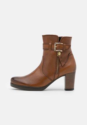 Kotníkové boty na platformě - cognac