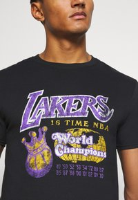 Mitchell & Ness - NBA LA LAKERS 16X WORLD CHAMPIONS TEE - Article de supporter - black - 6