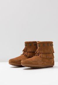 Minnetonka - DOUBLE FRINGE SIDE ZIP - Kotníková obuv - brown - 4