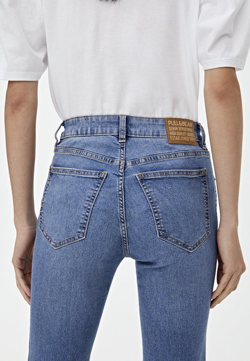 PULL&BEAR Flared Jeans - blue/blau biKod9