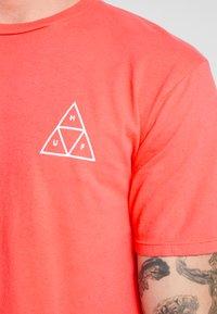 HUF - ESSENTIALS TEE - Print T-shirt - cayenne - 5