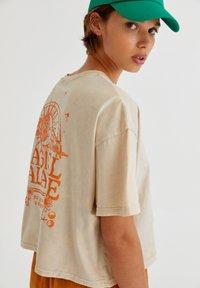 PULL&BEAR - Print T-shirt - mottled beige - 3