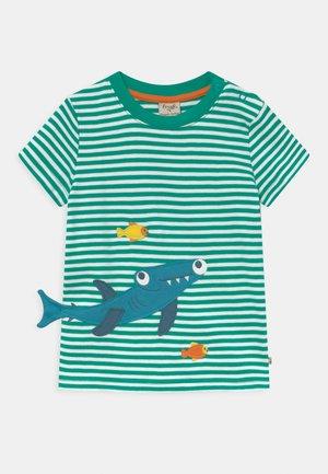 JOSHUA APPLIQUE STRIPE SHARK - T-Shirt print - green