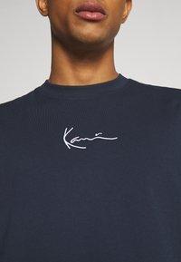 Karl Kani - SMALL SIGNATURE TEE UNISEX - Print T-shirt - navy - 5