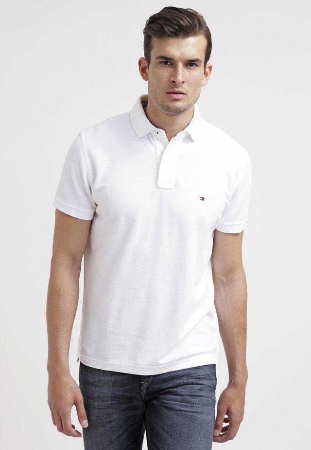 PERFORMANCE REGULAR FIT - Koszulka polo - white