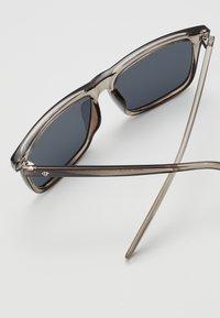 CHPO - BRUCE - Sluneční brýle - grey-transparent /black - 2