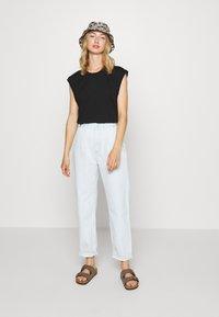 Monki - CHRIS 2 PACK - Basic T-shirt - black dark/white light - 0