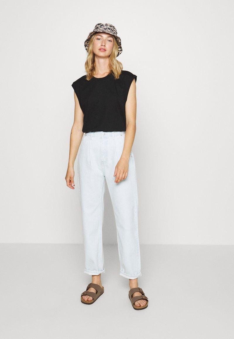 Monki - CHRIS 2 PACK - Basic T-shirt - black dark/white light