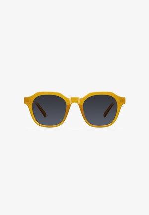 SURI - Sunglasses - amber carbon