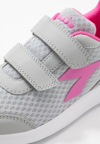 Diadora - ROBIN - Neutral running shoes - silver/pink passion - 5