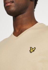 Lyle & Scott - V NECK - T-shirt - bas - sand storm - 6