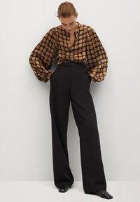 Mango - GEOMETRISCHEM MUSTER - Button-down blouse - karamell - 1