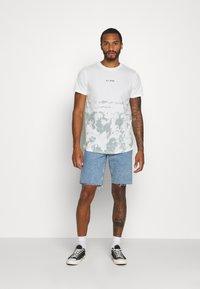 Jack & Jones - JORLOVAS - Print T-shirt - green milieu - 1