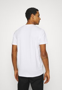 Jack & Jones - JORTYLER TEE CREW NECK  - Print T-shirt - white - 2