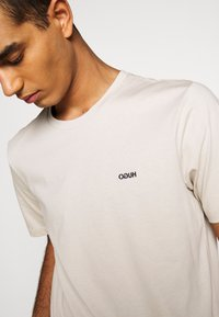 HUGO - DERO - Basic T-shirt - medium beige - 5