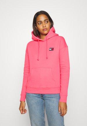 BADGE HOODIE - Hoodie - glamour pink