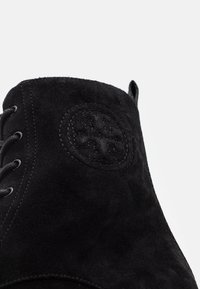 Tory Burch - MILLER LUG SOLE BOOTIE - Platform ankle boots - perfect black - 6