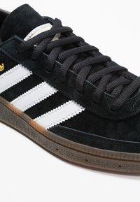 adidas Originals - HANDBALL SPEZIAL - Zapatillas - cblack/ftwwht/gum5 - 5