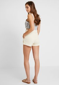 Nly by Nelly - TAILORED BELT SHORTS - Szorty - creme - 2