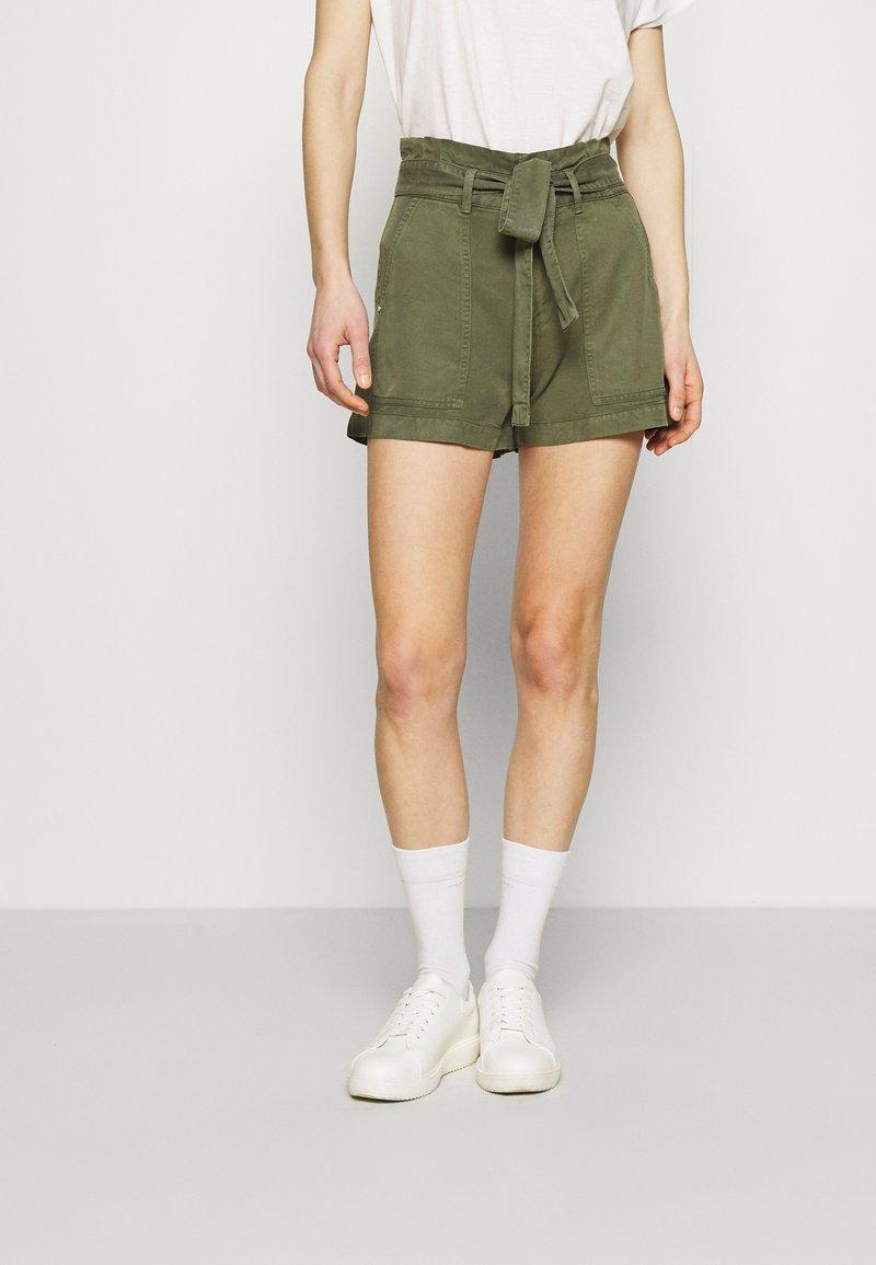 Guess - JANNA - Shorts - army sage
