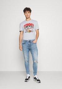 Tommy Jeans - VARSITY BBALL GRAPHIC TEE UNISEX - Triko spotiskem - silver grey - 1