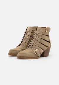 Coach - BOOTIE - Šněrovací kotníkové boty - oat - 2