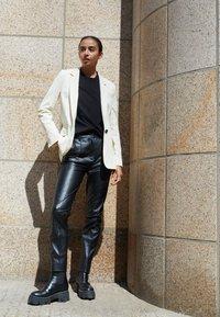 Victoria Victoria Beckham - RELAXED JACKET - Blazer - double cream - 2