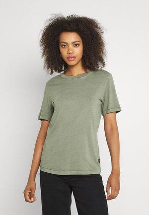 REGULAR FIT TEE OVERDYED - T-shirts - shamrock