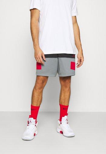 AIR SHORT - Sports shorts - black/smoke grey/gym red