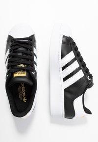 adidas Originals - SUPERSTAR BOLD - Sneakersy niskie - core balck/footwear white/gold metallic - 5