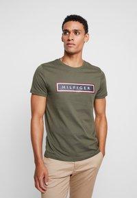 Tommy Hilfiger - CORP FRAME TEE - Print T-shirt - green - 0