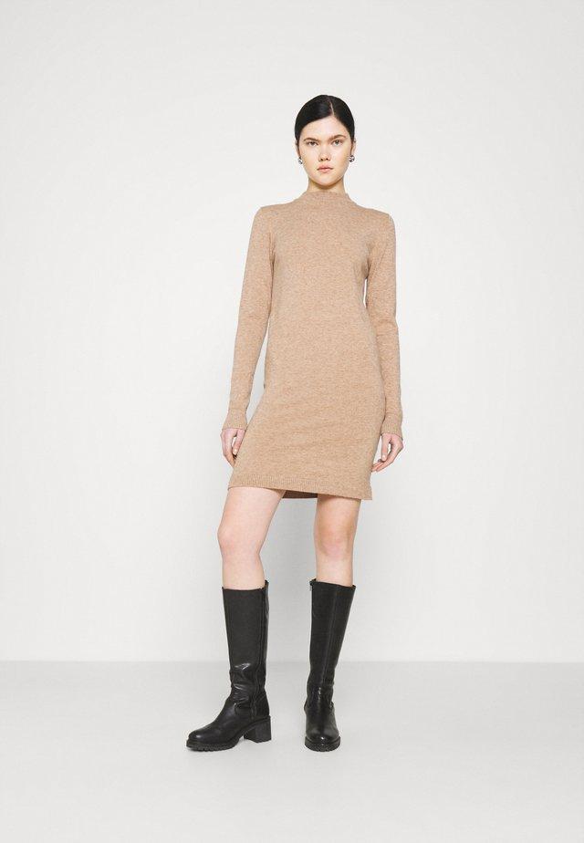 OBJTHESS DRESS - Abito in maglia - chipmunk