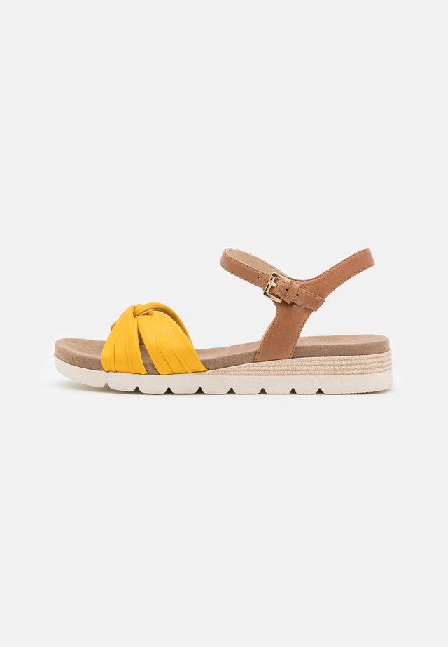 Sandalias de cuña - lemon/nut