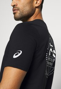 ASICS - GRAPHIC TEE - Camiseta estampada - performance black - 3