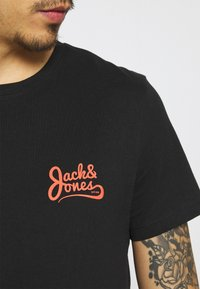 Jack & Jones - JORSIGNATURE TEE CREW NECK 5 PACK - T-shirt med print - white - 9