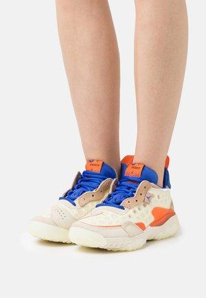 DELTA 2 - Sneakers basse - coconut milk/hyper royal/orange