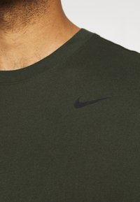 Nike Performance - DRY TEE CREW SOLID - Basic T-shirt - sequoia/black - 3