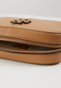 Tory Burch - MCGRAW CAMERA BAG - Umhängetasche - tiramisu - 4