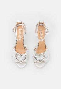 Lulipa London - JOJO - Korkeakorkoiset sandaalit - white shimmer - 5