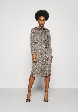 VMBILLI BELT DRESS - Vestido informal - macadamia
