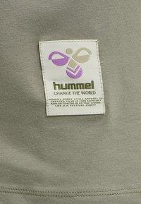 Hummel - HMLJARVAN  - T-shirt med print - vetiver - 4