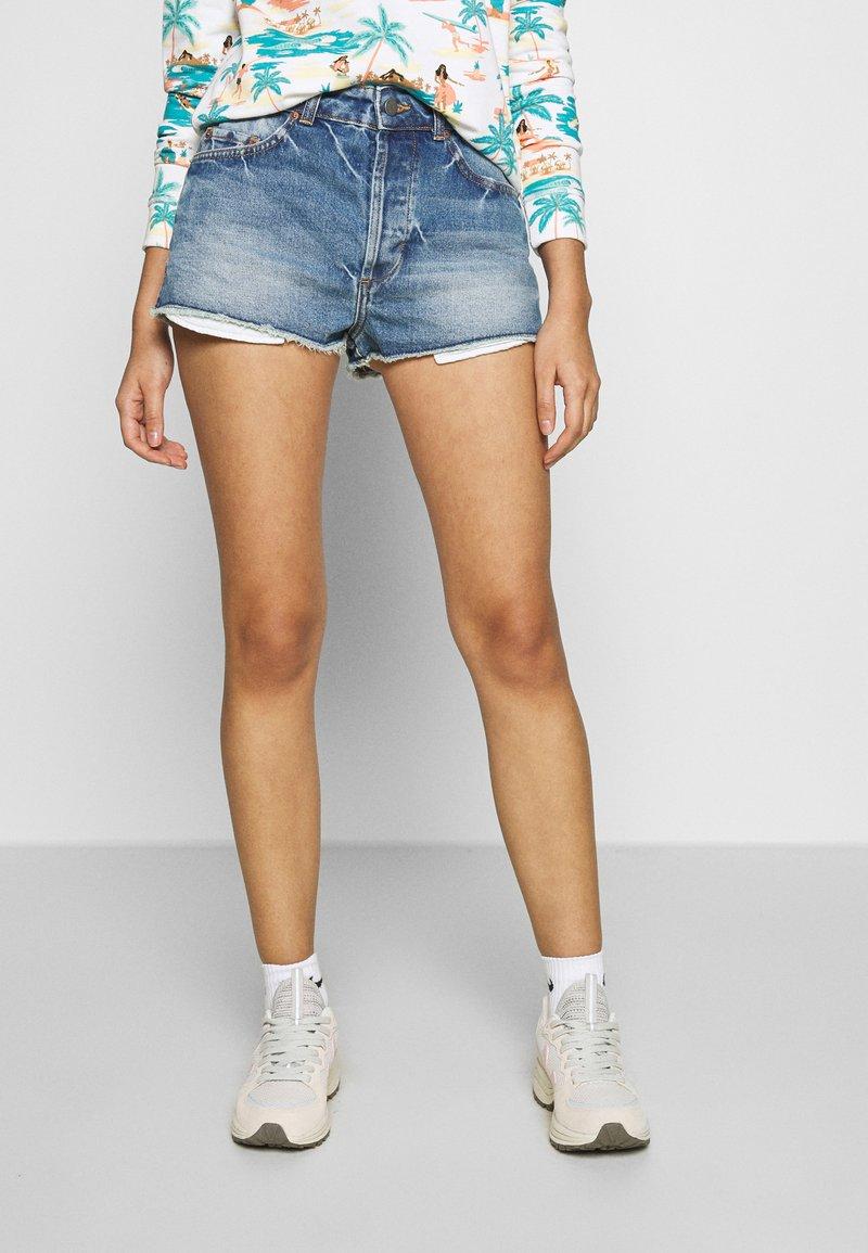 Roxy - TRIGGER HIPPIE SISTER - Denim shorts - medium blue