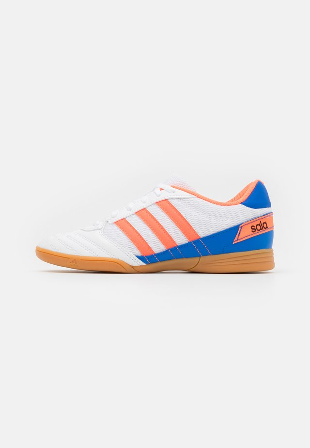 SUPER SALA FOOTBALL SHOES INDOOR - Indoor football boots - footwear white/signal coral/glow blue
