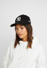 New Era - FEMALE LEAGUE ESSENTIAL 9FORTY - Casquette - black/white - 1